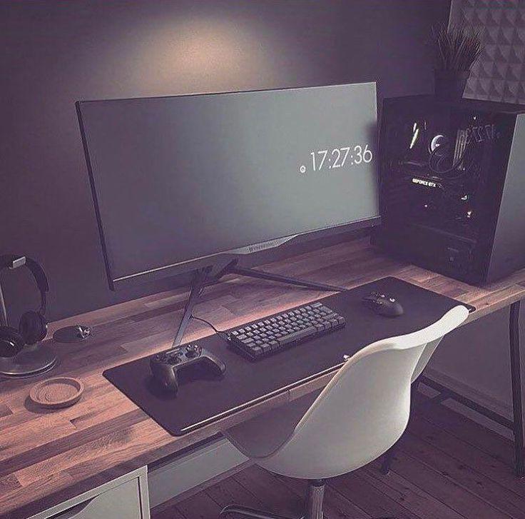 Me gusta el minimalismo. El escritorio y el tono de la pared también. Algo así podría funcionar para la prolongación del escritorio de música. En lugar de esa pantalla, podría poner mi laptop para hacer tareas, jugar, estudiar... y un pequeño espacio para escribir, dibujar, pintar, etc.