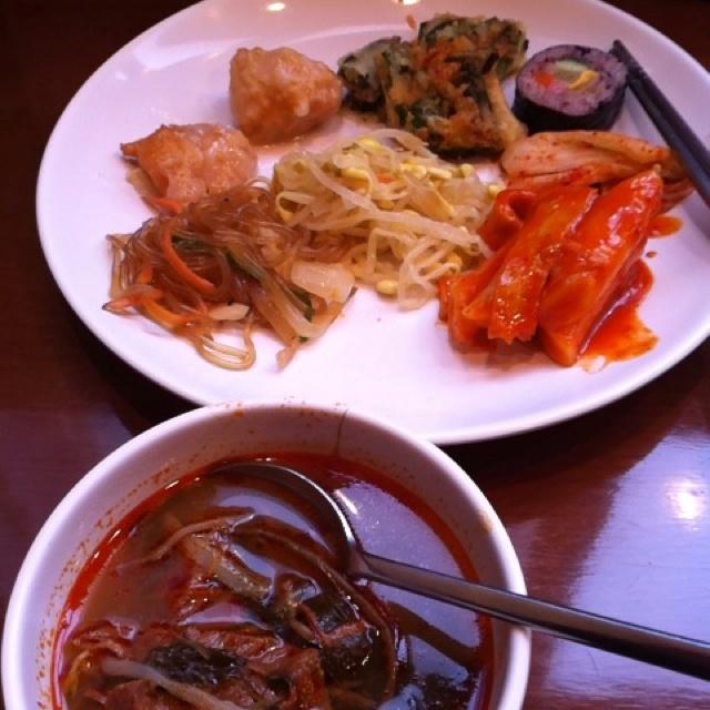 大久保の韓国料理店。食べ放題でした(^^)