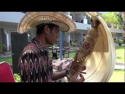 ▶ Sasandu Music from Rote Island, NTT, Indonesia ロテ島のササンドゥ音楽(4)Fernando - YouTube