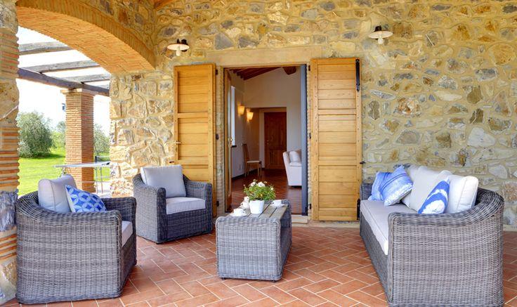 Il soggiorno di questa unità si affaccia su un ampio portico in pietra da cui si accede al giardino e alla piscina (infinity) di m 14 x 6 con profondità di m 1.40, da cui si gode una splendida vista.