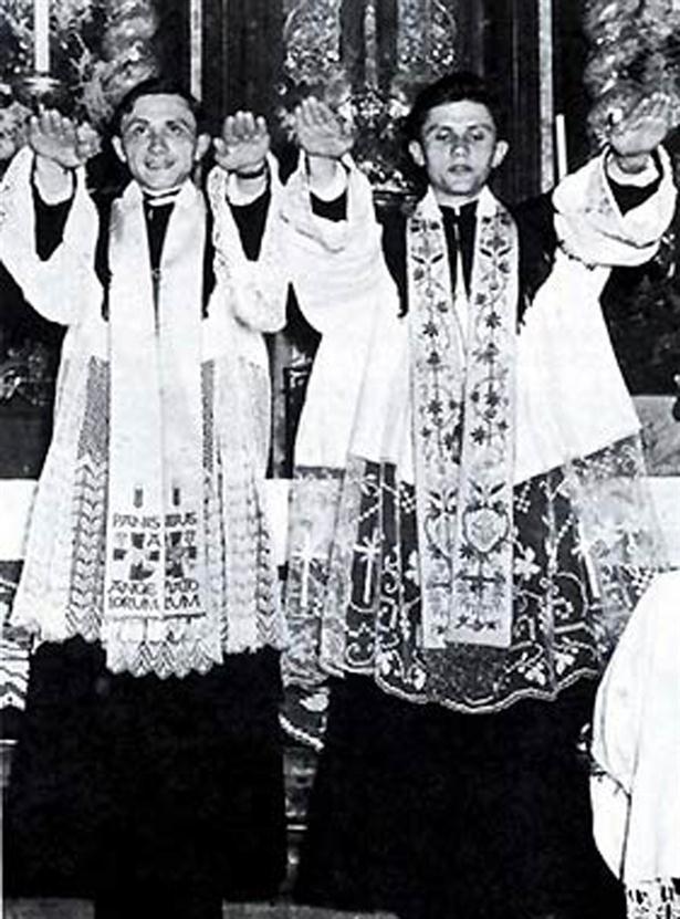 Joseph Ratzinger y su hermano Georg, durante la ceremonia de ordenación como sacerdotes en Munich, Alemania, el 19 de junio de 1951.