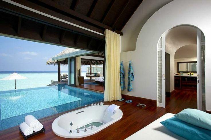 piscine jardin terrasse couverte avec un jacuzzi