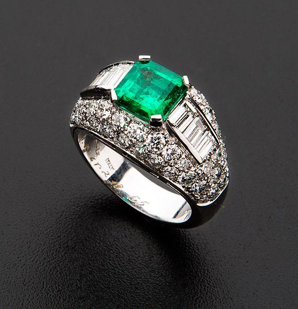 Emerald and diamond 'Trombino' ring set in white gold - Anello in oro bianco 18 ct modello trombino - Con Smeraldo Taglio Smeraldo cts. 1.89 e Diamanti Taglio Brillante e Baghette cts 3.56. http://www.minervaauctions.com/aste/asta125/42708-anello-in-oro-bianco-18-ct-modello-trombino-con-smeraldo-taglio-smeraldo-cts-1-89-e-diamanti-taglio-brillante-e-baghette-cts-3/