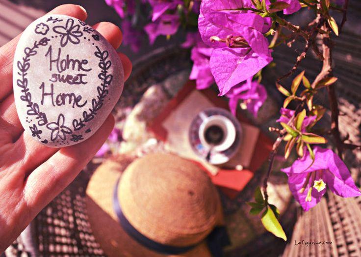 Casa è dove sta il cuore, dove sta la testa, dove c'è quel calore che ci fa star bene anche d'estate. Casa è il profumo della torta di mele e del caffè appena uscito. Ovunque voi siate, l'importante è sentirsi a casa! Felice giorno a tutti! www.Lafigurina.com