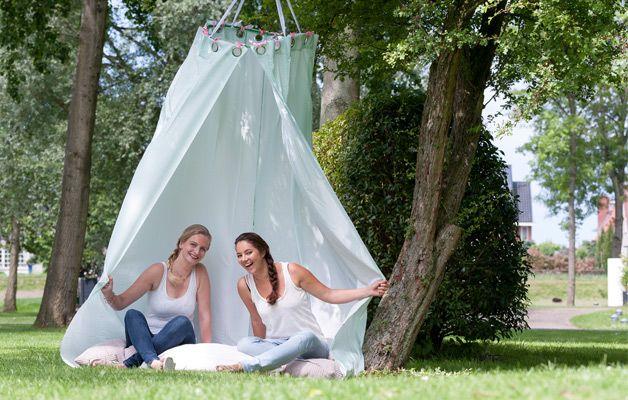 Stijlvolle #tent voor kinderen of om in te loungen in park en tuin. In 20 minuten gemaakt van een #hoepel en #douchegordijn.