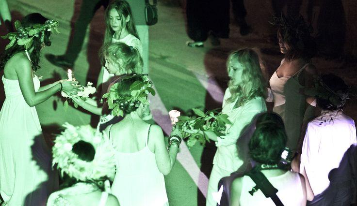 L'attenzione per la notte di San Giovanni si è arricchita di mistero nei secoli. Il nome #Kupała, usato per questa antichissima festività, sottolinea il connubio tra sacro e profano. Kupała era la dea slava dell'amore e delle piante medicinali, patrona delle donne sagge che conoscono le erbe e la magia. Da qui la celebrazione dell'unione, la combinazione di fuoco e acqua, Sole e Luna, uomo e donna, fertilità e fecondità, amore e gioia e magia legata alla predizione del futuro. #wianki…