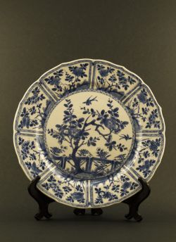 Blue white paneled dish. Kangxi (1662 - 1772) Thinly potted blue and white dish with paneled flower decor and a central garden motif, marked with a Ding censer to the reverse #antique #chineseporcelain #blueandwhite