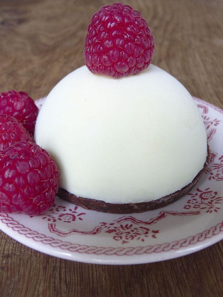 Recette Entremet croustillant aux chocolats et framboise : Les coques en chocolat blanc : faites fondre le chocolat au bain-marie.Hors du feu, remuez délicatem...