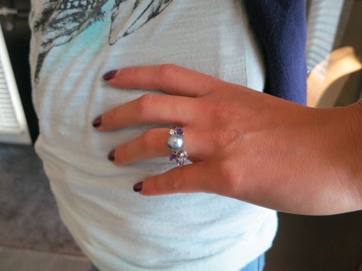 Witgouden ring met amethist, saffier en parel. www.atelierclint.com