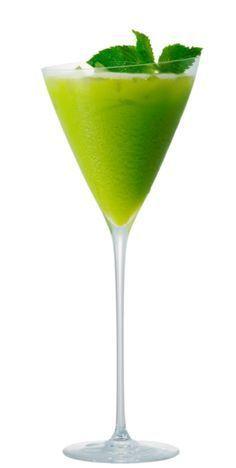Grinch- Esse drink é inspirado no Grinch personagem fictício natalino. É muito fácil preparar: misture uma dose de vodka ou martíni com essência de maçã verde e acrescente gelo.