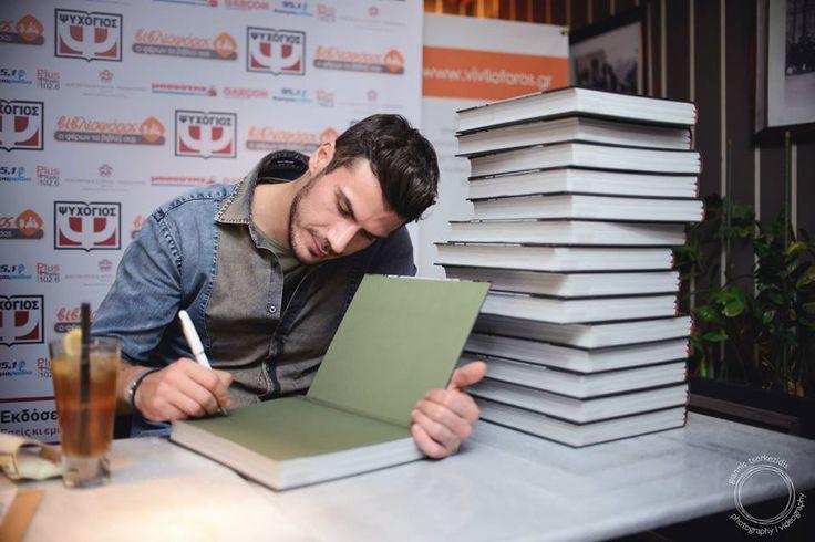 """Ο Άκης Πετρετζίκης υπέγραφε ασταμάτητα τα αντίτυπα του πρώτου του βιβλίου μαγειρικής """"Αυτό πρέπει να το δοκιμάσεις"""" κατά τη διάρκεια της πρώτης του παρουσίασης στο Garçon Brasserie στη Θεσσαλονίκη."""