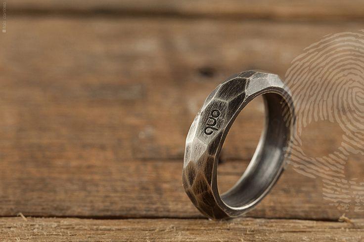 anel masculino Urban Nature by QUO. Feito à mão, rochas e minerais naturais são a inspiração desta coleção. Multifacetado em prata 925, estilo rustico e acabamento oxidado.