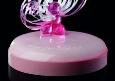 Champagne e rose di Emmanuele Forcone: Bavarese allo champagne, gelèe di fragole lamponi e rose, cremoso alla vaniglia, fondo morbido alle mandorle, sablè bretone, glassa rosa lucida