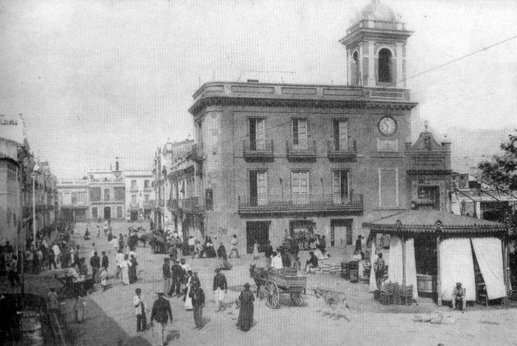 #Triana en 1910. Desde la calle Pureza caminamos hacia la plaza del Altozano. Al fondo, la calle San Jorge. ¡Buenos días desde http://www.trianaocio.es/! #Sevillahoy