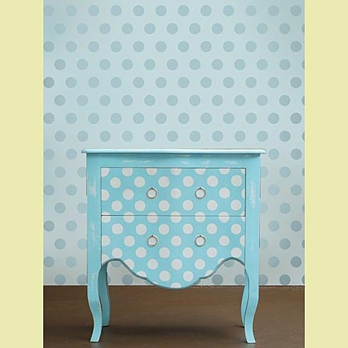 Polka dot allover stencil on wall and furniture cutting for Panneau de decoration mural