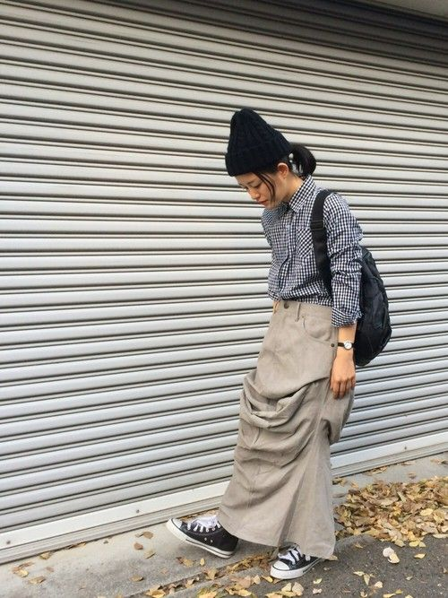 メンズライクなコーデュロイも、ロングスカートなら女性らしいスタイルに。 小物は黒で統一して◎ アンテ