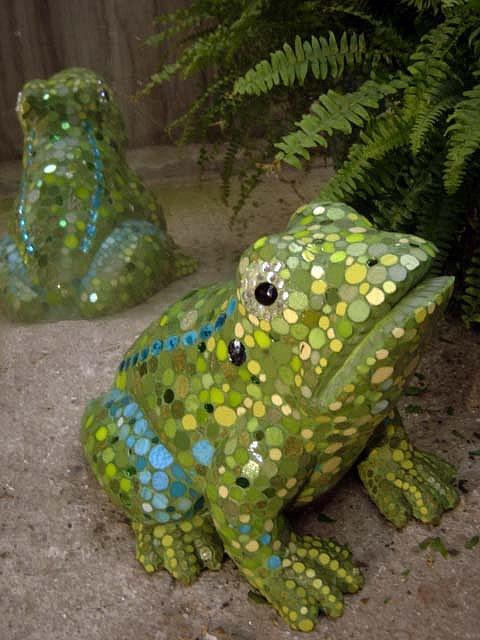 froggy sculpture mosaic