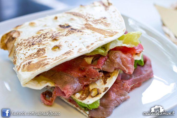 Piadina roastbeef, maionese, insalata e pomodoro #rimini #italianstreetfood#italianfood #piadina#piada#cucinaitaliana#CasinadelboscoSeguici: www.facebook.com/casinadelbosco