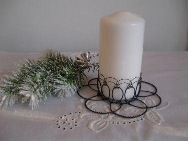 Drátovaný+stojánek+se+svíčkou+Stojánek+na+svíčku+je+zhotovený+z+černého+žíhaného+drátu,+průměr+stojánku+11+cm,+průměr+svíčky+5+cm,+výška+svíčky+9+cm