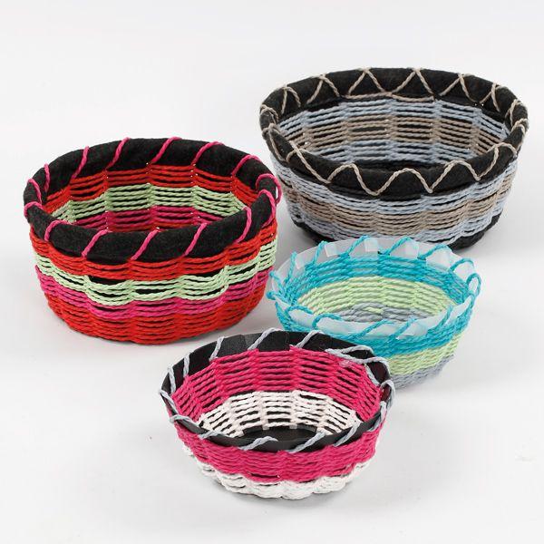 Värikkäät korit on tehty muovisiin punontapohjiin paksuista paperinaruista. Tarvikkeet ja ideat Sinellistä!