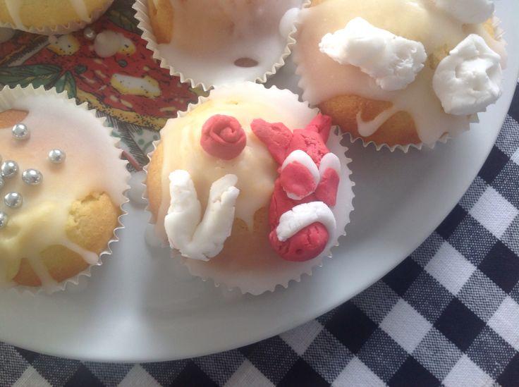 Cupcakes met glazuur en fondant Een paardenhoofd gemaakt, een roos en een hoefijzer