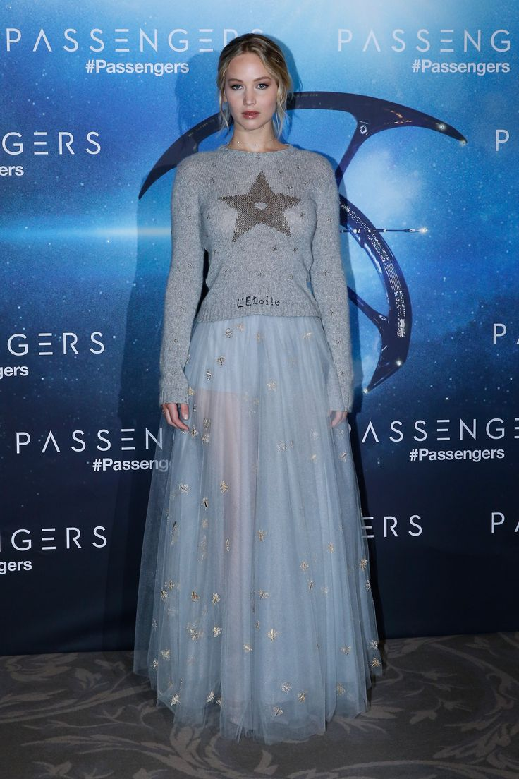 Jennifer Lawrence con jersey de cashmere y lúrex de color gris con falda larga de tul y ropa interior de color gris, todo de Dior.