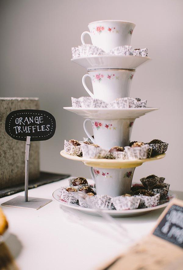 Torre de xícaras para decorar a mesa de doces | http://www.blogdocasamento.com.br/torre-de-xicaras-para-decorar-a-mesa-de-doces/