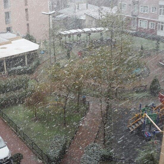 Kar yağar da sevilmez mi, sevinmez mi insan ?...