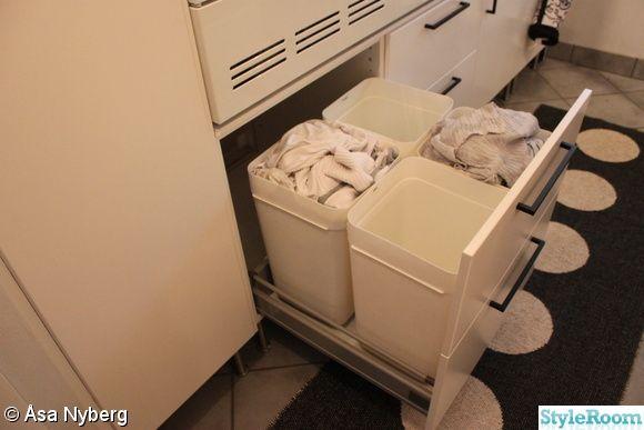 Tvättmaskinen & torktumlaren är upphöjda i bra arbetshöjd. I lådorna under förvaras tvättmedel/sköljmedel, tvättpåsar & udda strumpor