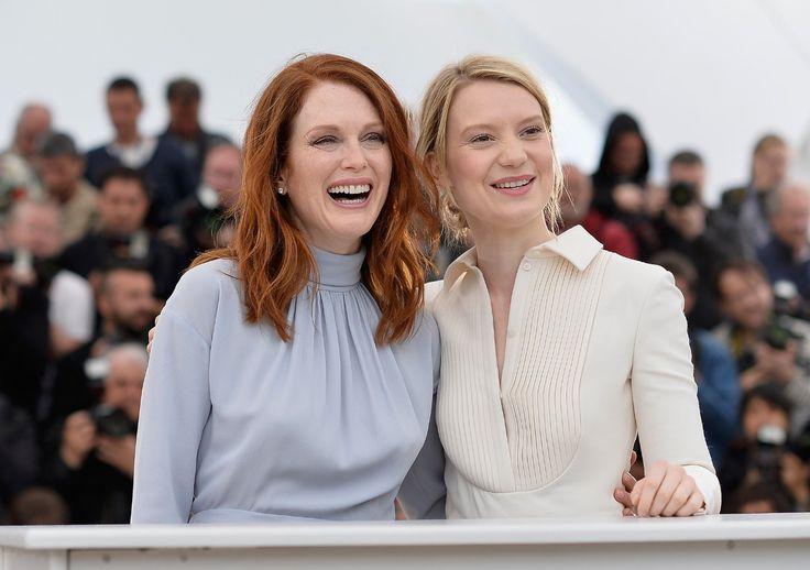 Julianne Moore es una mujer mayor pero ella y Mia Wasikowska acá parecen hermanas de lo joven que luce Julianne :D Las adoro a estas dos actrices ♥