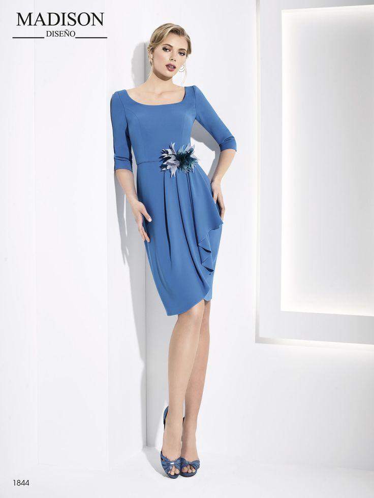 Elegante vestido corto de fiesta #Madison de corte en cintura realizado en crepe con manga francesa y flor artesanal de plumas. #vestidodefiesta #fashion #moda #gala #glamour #invitadaperfecta ##dressing #dress #love