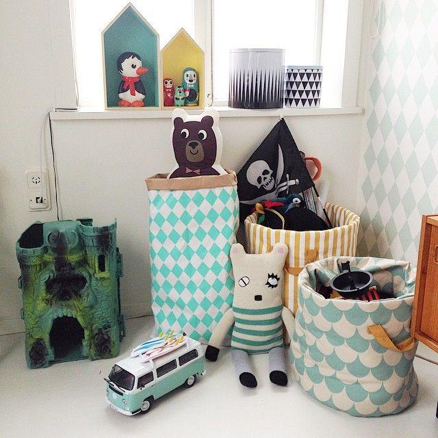 """""""Beautiful storage for toys paperbag from @blacksis_pl and soft fabric storage from @butikbas and the brand @nobodinoz. // Det är så bra med snygg och praktisk förvaring av leksaker. Där slänger jag i allt från mjukisdjur, utklädningskläder till lego och bilbanor. Enkelt att komma åt för barnen och enkelt att stuva undan för oss vuxna. Jag försöker framhäva de """"fina"""" leksakerna och """"gömma"""" de mindre fina (men som ändå leks med) det är ju viktigt att barnen kan välja själva och leka med de…"""
