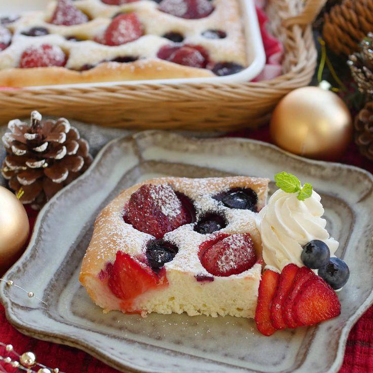 「たっぷりベリーのスイーツフォカッチャ」のレシピと作り方を動画でご紹介します。イタリア定番のパン、フォカッチャをスイーツにアレンジ。ヨーグルトを混ぜると発酵なしでもふわふわに仕上がります。かわいい見た目でクリスマスパーティーにもおすすめ♪