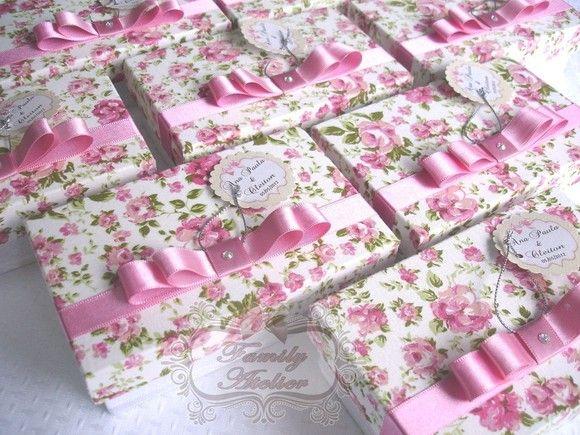 Caixa em madeira MDF - revestida de tecido floral - com acabamento em fita de cetim e laço chanel duplo.  Vem com tag personalizado.  Pedido Mínimo: 20 unidades. R$8,90