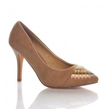 Pantofi Tradizione - Bej Tradizione este o pereche de pantofi casual de vara, care nu trebuie sa lipseasca din dulapul unei fashioniste. Acesti pantofi deodebit de comozi au un toc de numai 7 cm. Pantofii Tradizione au un model etnic inedit la varf, care va va scoate orice tinuta din anonimat.