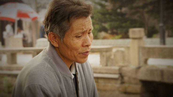 Un vieil homme sculpte des figurines en bois dans la vieille ville de Suzhou en Chine