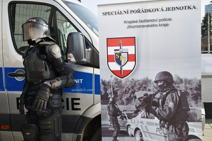 Policie také. Pomáhat a chránit...  Police also. Assist and protect ...