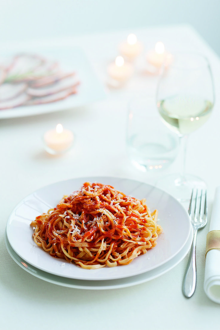 Prepara in casa la pasta fresca e un gustoso arrosto per realizzare i tajarin al sugo di carne. Scopri la ricetta di Sale&Pepe