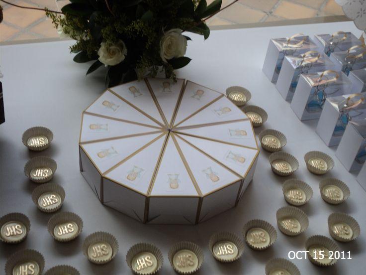 Souvenirs tortica y hostias de chocolate decoradas