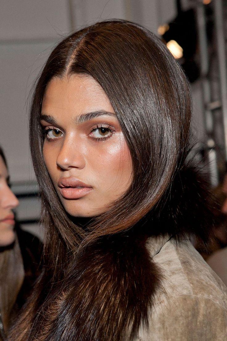 Hair color for dark skin tone - Imagem De Daniela Braga Model And Beauty Find This Pin And More On Dark Skin Tone Complementary Hair Color