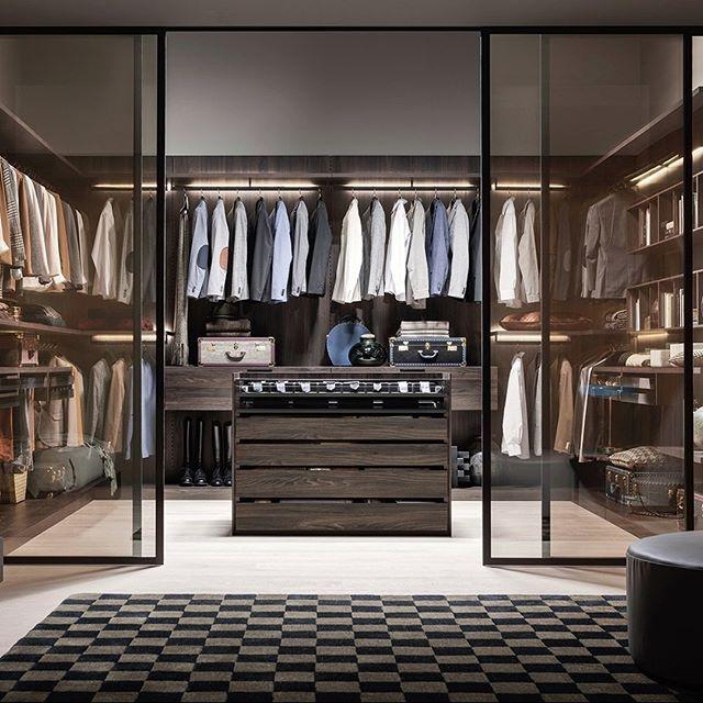 Ein Begehbarer Kleiderschrank Mit Glasturen Vielen Schicken Details Und Einen Luxuriosen Touch Was Mochte Man Meh Living Design Green Bathroom Luxury Interior
