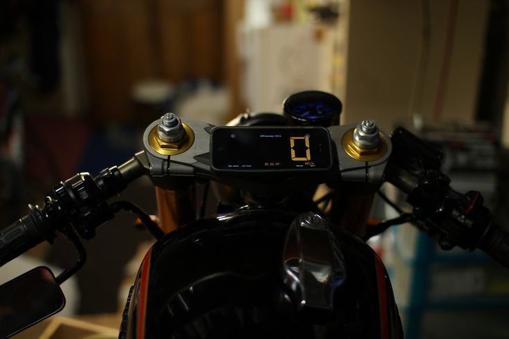 The simplest support. iPhone Speedometer app on Yamaha XS 650 Vintage - Cafe Racer 1980