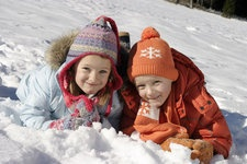 Spaß im Schnee ist für Kinder immer ein besonderes Erlebnis, ob Schneeballschlacht oder Schneemann bauen http://www.pulverer.at/familien-skiurlaub-kaernten.de.htm