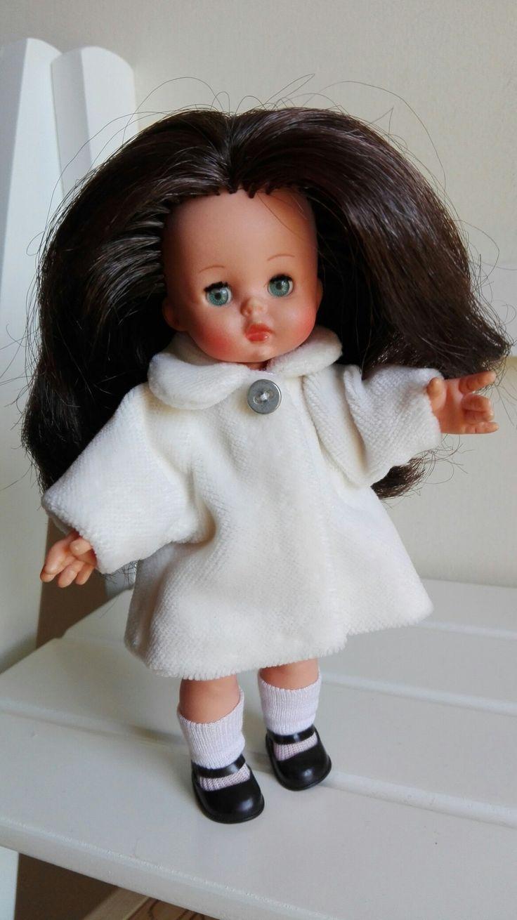 Riproduzione cappottino n.9111 del catalogo Mini Furga in velluto liscio di cotone color panna