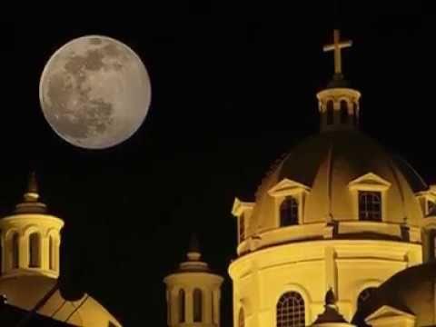 Xela, Quetzaltenango - (Noche de luna entre ruinas)