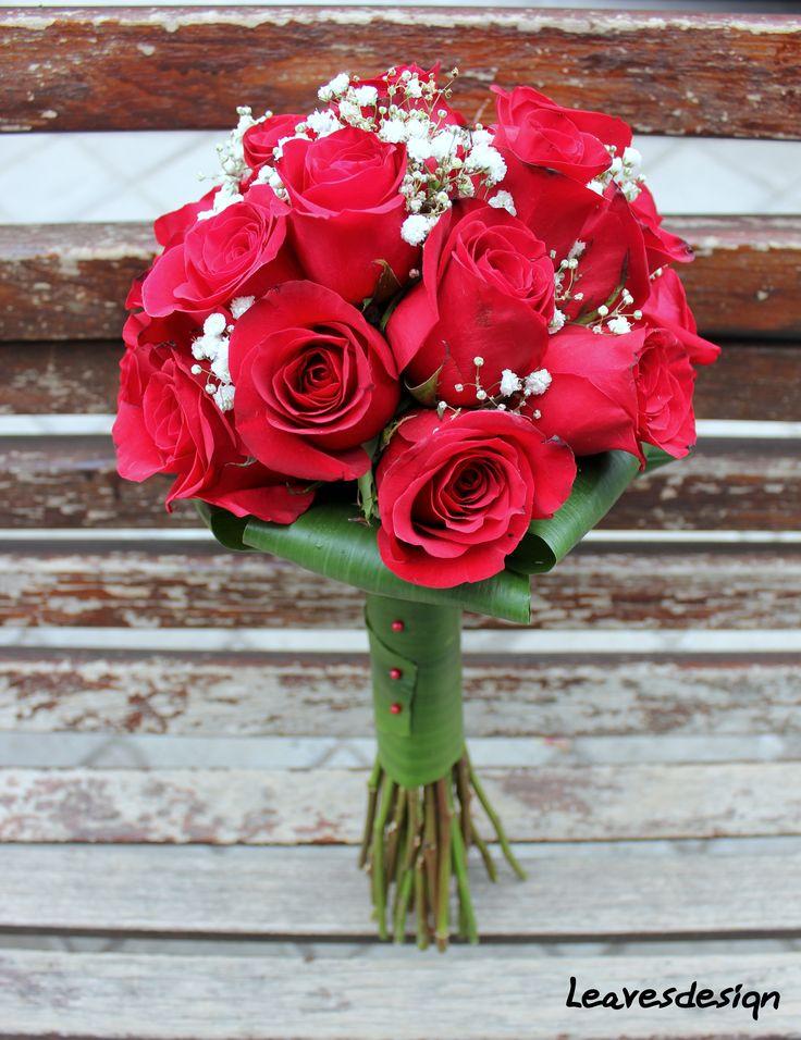 Elegante ramo de rosas rojas con toques de paniculata y empuñadurade aspidistria #ramosdenovia #unico #exclusivo #diseño #flores #rosas #rojo #arreglosflorales #novias #celebracion #leavesdesign