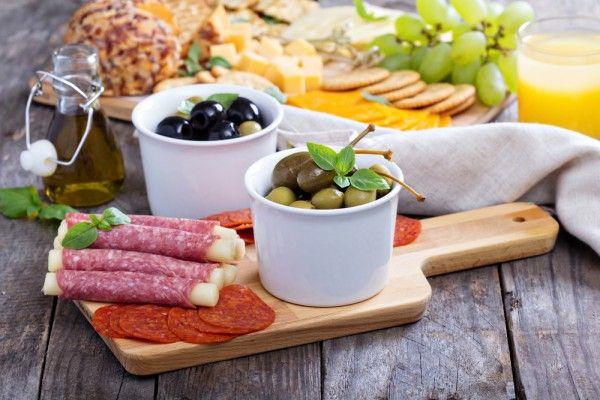 Итальянская мясная тарелка подается вместе с маслинами и свежим хрустящим хлебом. Это прекрасная холодная закуска. Ингредиенты 3 вида салями, по 12 ломтиков: тонкие ломтики...