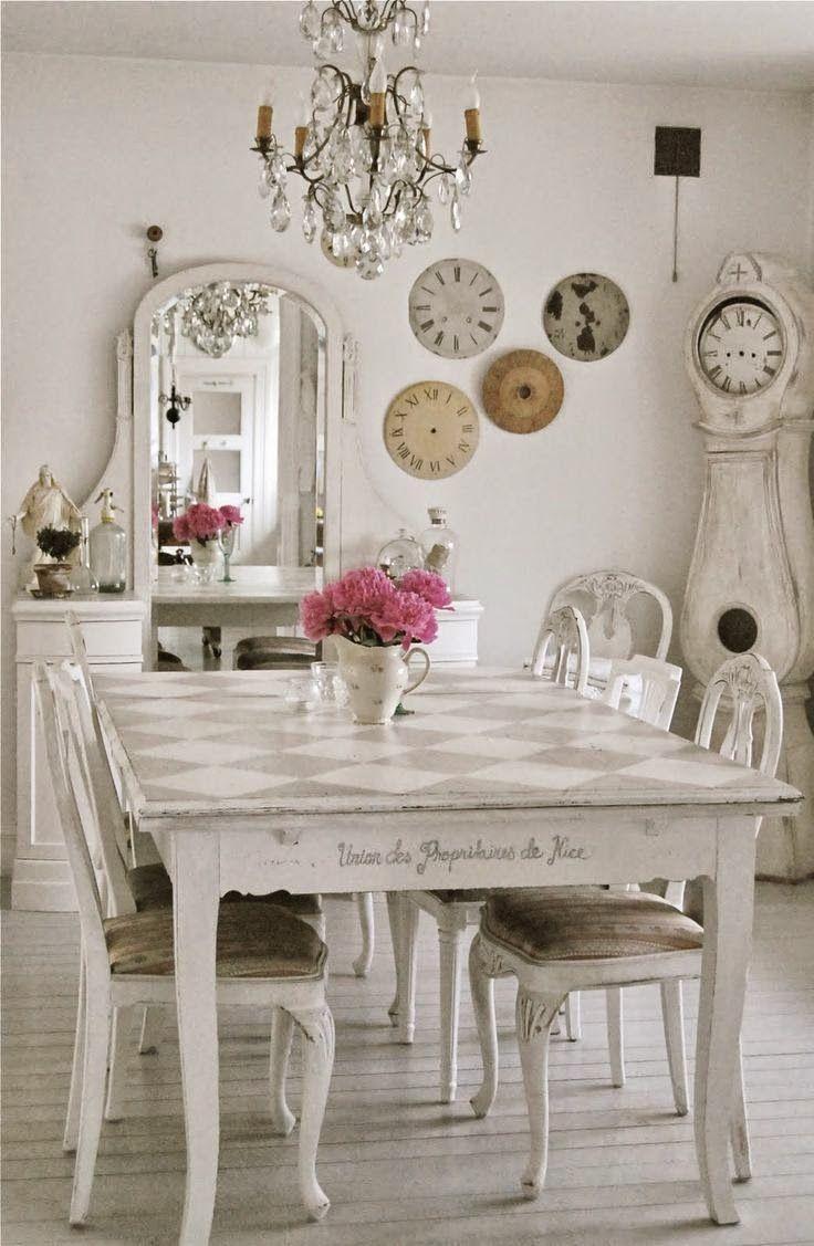 Кухня в стиле шебби-шик: винтажная роскошь для ценителей комфорта и 80 уютных интерьеров http://happymodern.ru/kuxnya-v-stile-shebbi-shik/ кухня в стиле шебби-шик: оформление кухни шебби-шик: старинные часы, винтажная мебель светлых оттенков, зеркало и цветочная ваза
