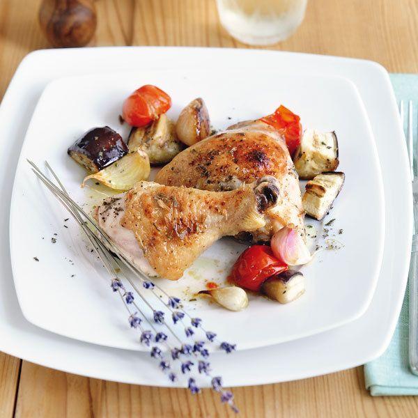 Diese Hähnchen schmecken nach Süden. Was zum einen an der Gemüsebeilage liegt, zum anderen aber daran, dass sie mit selbst gemachtem Lavendelhonig gla...
