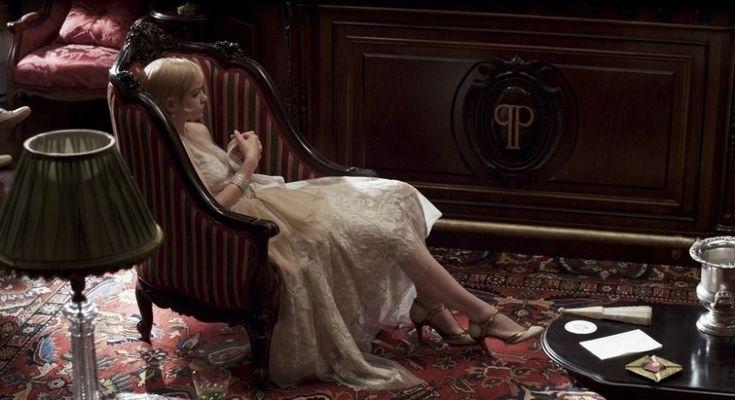 """O visual das mulheres de """"O Grande Gatsby"""" é uma releitura modernizada dos anos 1920, com vestidos de silhueta tubular, em tecidos fluidos e leves"""